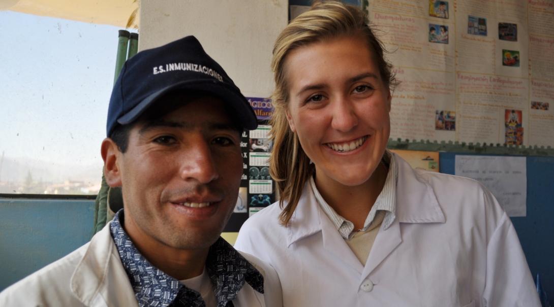 Enfermera pasante posando junto a un doctor en Perú.